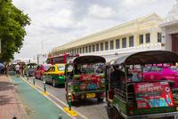 バンコクのトゥクトゥクとタクシー