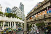 BTSの列車とバンコクの渋滞