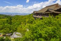 清水寺の本堂と彼方に見える京都の町