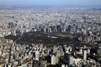 皇居とその周辺の超高層ビル群と東京スカイツリーの空撮
