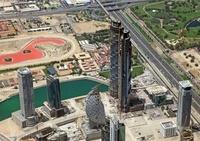 ドバイで建設中の超高層ビル群の空撮