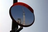 カーブミラーに映る東京スカイツリー
