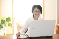 パソコンと向き合うシニア女性