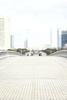 歩道橋とビル群