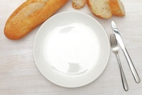 食卓の洋食器とパン