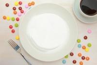 食卓のケーキ皿とコーヒー