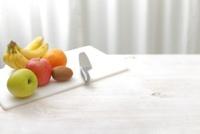 包丁と俎板と果物