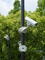 屋外に設置された防犯カメラ