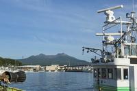 鹿部漁港と駒ケ岳