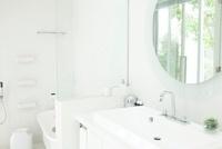 白い洗面台とバスルーム