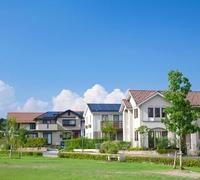 ソーラーパネルを設置した住宅街と青空