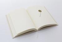 白紙の本と四葉のクローバーのしおり