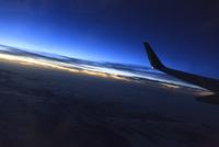 飛行機の翼と夕空