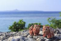シーサーと沖縄の海 10521002302| 写真素材・ストックフォト・画像・イラスト素材|アマナイメージズ