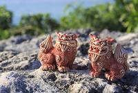 シーサーと沖縄の海 10521002365| 写真素材・ストックフォト・画像・イラスト素材|アマナイメージズ