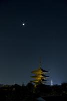 夜の八坂の塔と京都タワー
