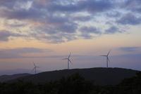 夕暮れの風車 10521002991| 写真素材・ストックフォト・画像・イラスト素材|アマナイメージズ