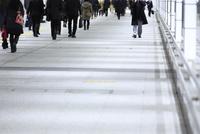 通路を行き交う人々 10521003013| 写真素材・ストックフォト・画像・イラスト素材|アマナイメージズ