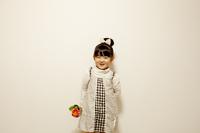 ガーベラの花を持つ女の子 10522001844| 写真素材・ストックフォト・画像・イラスト素材|アマナイメージズ