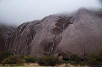 エアーズロックの岩山の岩肌をつたい落ちる雨水