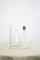 テーブルにのせた試験管とフラスコ、ガラス器