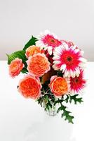 花器に入れた薔薇とガーベラの花