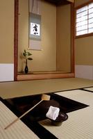 茶室の炉釜から見る床の間 10531001392| 写真素材・ストックフォト・画像・イラスト素材|アマナイメージズ