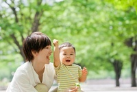公園で母親と遊ぶ男の子