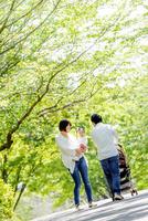 公園を散歩する家族