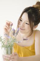 ラベンダーの入った花瓶を持つ女性 10568000409| 写真素材・ストックフォト・画像・イラスト素材|アマナイメージズ