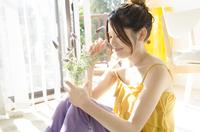 ラベンダーの入った花瓶を持って座る女性 10568000410| 写真素材・ストックフォト・画像・イラスト素材|アマナイメージズ