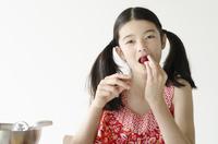 イチゴを食べるハーフの少女 10568000457  写真素材・ストックフォト・画像・イラスト素材 アマナイメージズ
