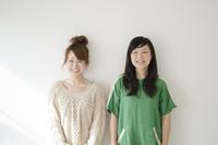 横に並んで笑う女性2人 10568000644| 写真素材・ストックフォト・画像・イラスト素材|アマナイメージズ