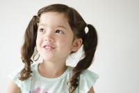 ツインテールで横を見るハーフの女の子 10568000847| 写真素材・ストックフォト・画像・イラスト素材|アマナイメージズ