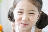白いノースリーブを着て笑う女の子のアップ 10568001284| 写真素材・ストックフォト・画像・イラスト素材|アマナイメージズ