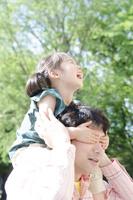 お父さんに肩車をしてもらって笑う女の子