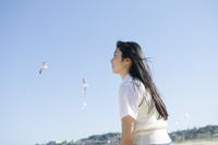 かもめをバックにビーチで微笑む制服姿の女の子 10568001487| 写真素材・ストックフォト・画像・イラスト素材|アマナイメージズ