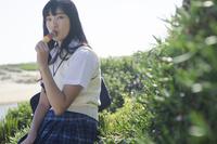 カラフルなアイスを食べる制服姿の女の子