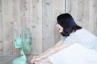扇風機に向かって声を出している女性 10568001610| 写真素材・ストックフォト・画像・イラスト素材|アマナイメージズ
