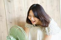 扇風機に向かって声を出している女性 10568001613| 写真素材・ストックフォト・画像・イラスト素材|アマナイメージズ