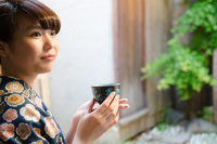 お茶の入った湯のみを持つ着物姿の女性 10568001699| 写真素材・ストックフォト・画像・イラスト素材|アマナイメージズ