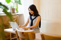 カフェでノートパソコンで仕事をしている女性の手元
