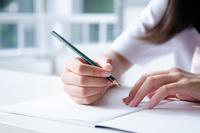 ノートと鉛筆を持っている手 10568002158| 写真素材・ストックフォト・画像・イラスト素材|アマナイメージズ