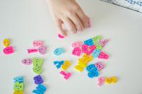 アルファベットで遊ぶ子供の手