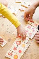 英語のパズルで遊ぶ親子の手