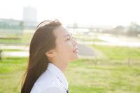女子学生の横顔 10568002502| 写真素材・ストックフォト・画像・イラスト素材|アマナイメージズ