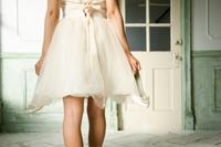 靴を脱いだドレス姿の女性の後ろ姿