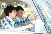 車の中で方向を確かめている男女