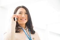 笑顔で電話をしている女性