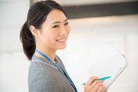 スケジュール帳を持っている女性 10568003042| 写真素材・ストックフォト・画像・イラスト素材|アマナイメージズ